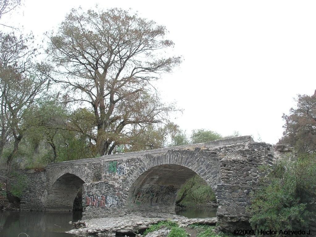El antiguo puente sobre el río Tula