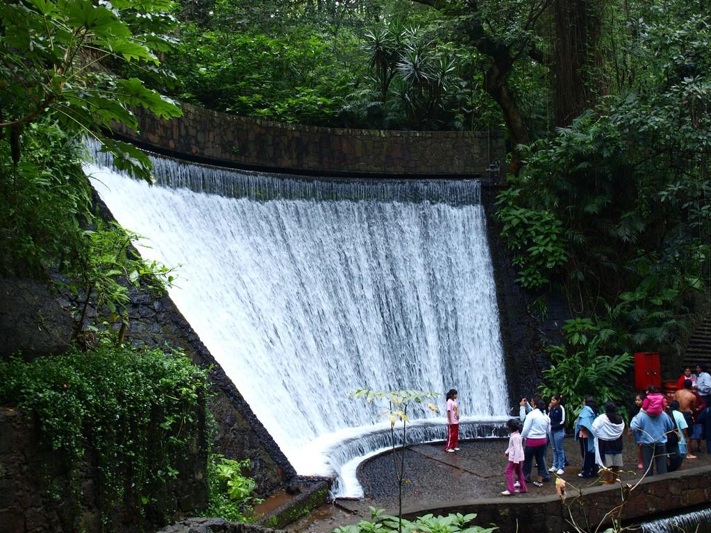 visitantes mirando una de las cascadas dentro de Barranca de Cupatitzio