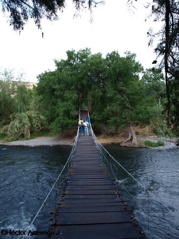 El puente colgante viejo en Tlaco -4